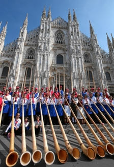 Alphoerner statt Hellebarden: Alphornblaeser vor dem Mailaender Dom