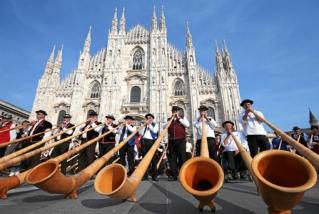 Alphoerner statt Hellebarden: 420 Alphornblaeser spielen vor dem Mailaender Dom