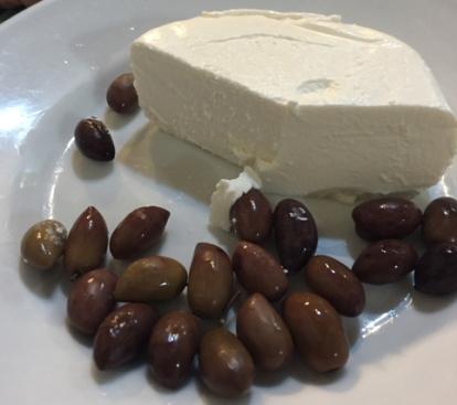 Vino-e-farinata-savona-formaggetta-e-olive